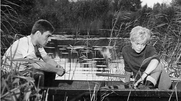Egon und Christine sitzen in einem Boot.