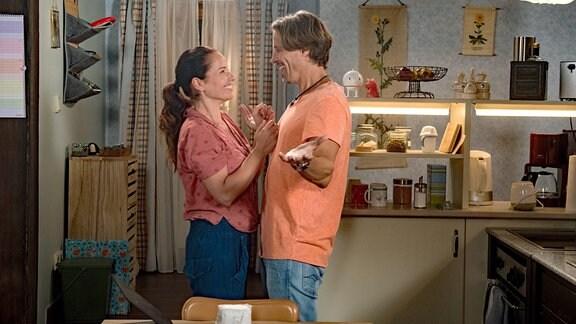 """Ben (Hakim Michael Meziani, r.) und Tina (Katja Frenzel, l.) entdecken eine Überweisung von 10.000 Euro auf ihrem Konto. Ellen hat """"Guten Hunger"""" lukrativ verkauft!"""
