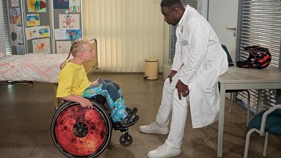 Rudi (Rasmus Ihnen, l.) bittet Hendrik (Jerry Kwarteng, r.), ihn zum Training für das Rollstuhl-Skaten zu begleiten.