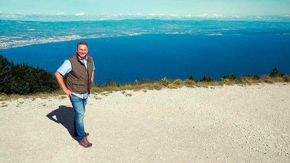 Moderator Axel Bulthaupt begegnet in Istrien einer Region mit vielen Seiten. Er ist auf Abenteuerfahrt unterwegs an der Küste und besucht Orte, die auch im sommerlichen Ferientrubel noch ihren Jahrhunderte alten Charme bewahren.