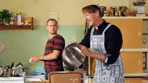 Armin ist überrascht über die hausfraulichen Qualitäten von Monsignore Mühlich.