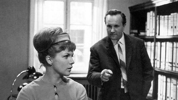 Durch puren Zufall lernt Maria Morzeck (Angelika Waller) Paul Deister (Alfred Müller), den Richter ihres Bruders, kennen. Er ist ihre erste große Liebe.