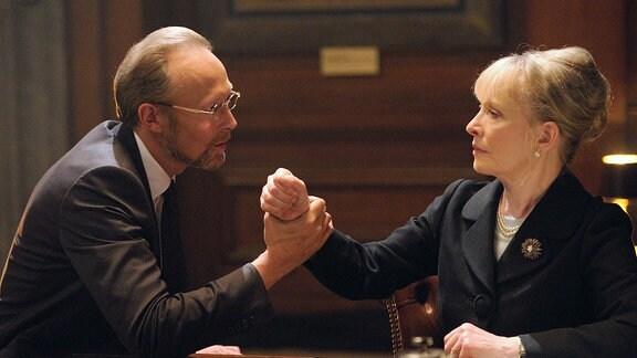 Der Medientycoon Charles Magnussen (Lars Mikkelsen) erpresst die hohe Regierungsbeamtin Lady Elizabeth Smallwood (Lindsay Duncan).