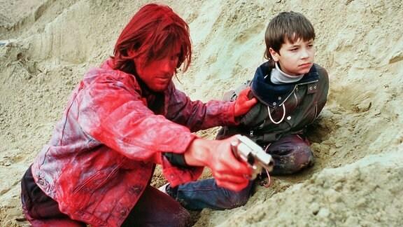 Wolf (Ralf Bauer) nimmt den 10-jährigen Tommi (Thomas Rudnik) als Geisel, um seine Flucht nach dem Bankraub zu erzwingen.
