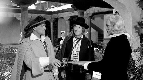 Henri de Lagardère (Jean Marais, l.) und sein Freund Passepoil (Bourvil, M.) finden Unterschlupf bei Don Miguel (Paul Cambo) in Toledo.