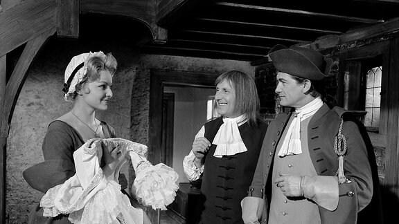 Henri de Lagardere (Jean Marais, r.) und Passepoil (Bourvil, M.) stehen dem Mädchen Aurore (Sabine Sesselmann)  gegenüber.