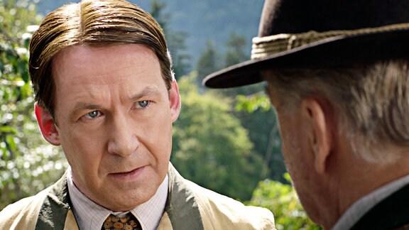 Rudi (Ulrich Noethen, li.) will Bauer Huber (Werner Haindl) dazu bringen, sich nicht mit den Nazis anzulegen.