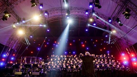 Der Dresdner Kreuzchor lädt auch in 2018 zum größten Weihnachtskonzert unter freiem Himmel. Bei dem riesigen Event vor 25.000 Zuschauern im Stadion von Dresden singt ganz Mitteldeutschland die schönsten Weihnachtslieder.