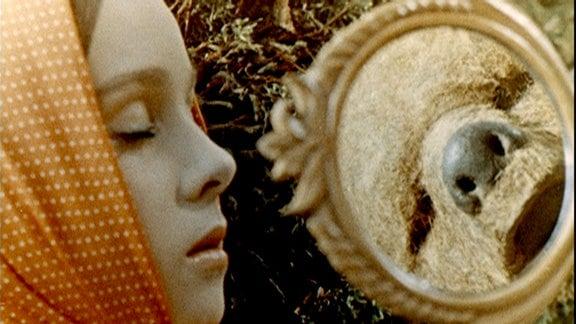 Nastjenka (Natalja Sedych) schaut in einen Spiegel