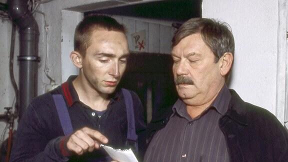 Kann der Lehrling Kevin Hammer (Fabian Oskar Wien) Kommissar Schneider (Wolfgang Winkler) einen Hinweis auf den Verbleib der gefälschten Autoersatzteile geben?