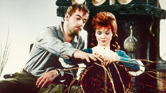 König Drosselbart (Manfred Krug) und Prinzessin Roswitha (Karin Ugowski)