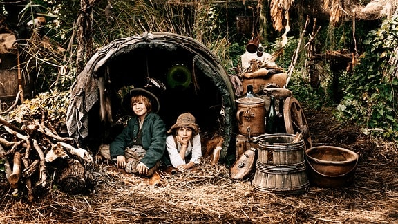 Die beiden Freunde Tom Sawyer (Louis Hofmann, re.) und Huck Finn (Leon Seidel) leben am Fluss des Mississippi und sind immer auf der Suche nach großen Abenteuern.