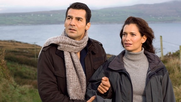 Brian (Erol Sander) führt Lea (Sandra Speichert) an wundervolle Orte auf der grünen Insel, wo sich kein Tourist hin verirrt.