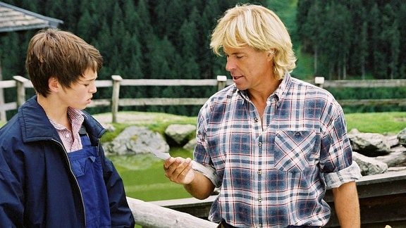 Hansi (Hansi Hinterseer) kümmert sich liebevoll um den Waisenjungen Benni (Rafael Haider).
