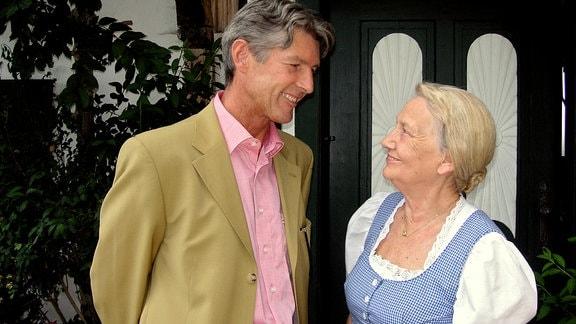Irmi (Ingrid Burkhard) ahnt nicht, dass ihr Sohn Franz (Günter Waidacher) eine gemeine Intrige gegen Hansi plant.