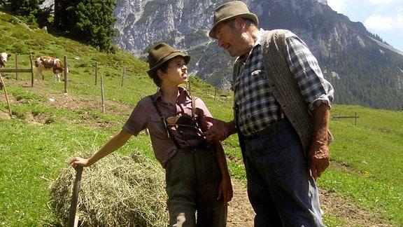 Großvater Salcher (Erich Hallhuber, re.) erklärt dem jungen Benni (Rafael Haider) die Arbeit auf der Alm.