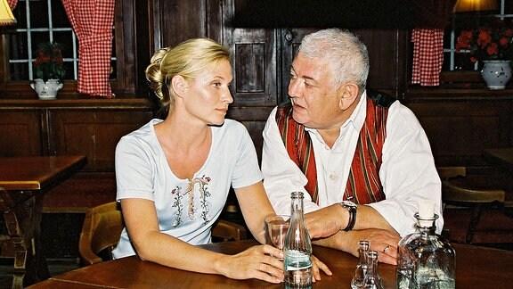 Christl (Simone Heher) sucht Rat bei ihrem Vater Gernot Brunner (Ernst Griesser).