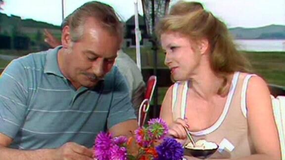 Dr. Wittkugel (Alfred Struwe) und seine Helferin Häppchen (Helga Piur) im Urlaub.