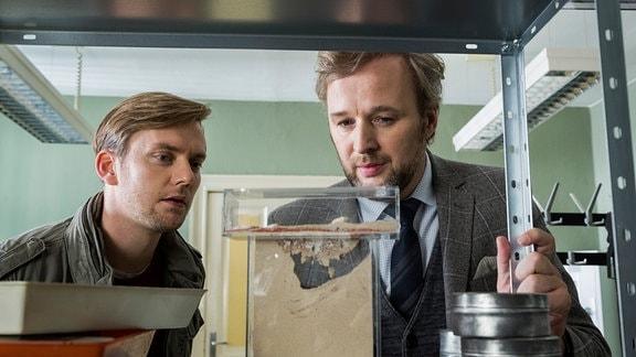 Böhme (Jan Dose) teilt eine Leidenschaft für Ameisen mit dem neuen Chef Dr. Grimm (Stephan Grossmann). (v.l.)