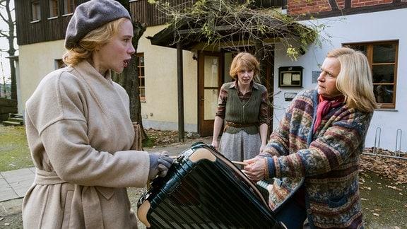 Gesine Schwenk (Johanna Gastdorf) beschuldigt Leonore Pfister (Franziska Petri). (v.r.)