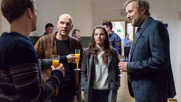 Böhme (Jan Dose), Butsch (Götz Schubert) und Viola Delbrück (Yvonne Catterfeld) heissen den neuen Chef Dr. Grimm (Stephan Grossmann) Wilkommen. (v.l.)