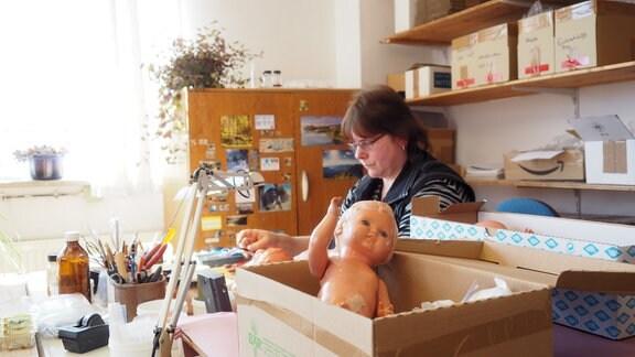 Ramona Hoffmann ist die Frau Puppendoktor bei Schildkröt Puppen. Zu ihr kommen die Krankheitsfälle auch von weither. Die Wartezeiten sind lang: Kopf kaputt dauert - Bein ab geht schneller.