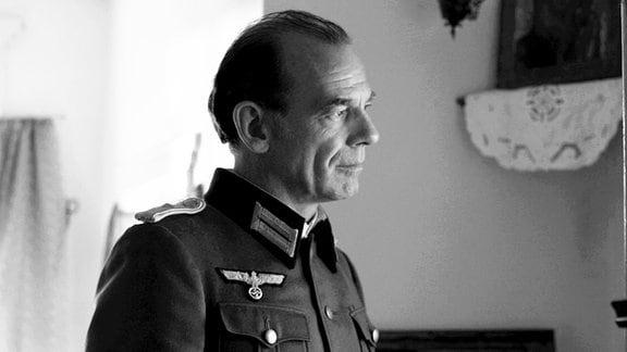 Ein Offizier der Wehrmacht (Martin Wuttke) kommt unerwartet ins Haus.