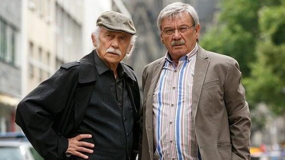 Die Kommissare Edwin Bremer (Tilo Prückner, l.) und Günter Hoffmann (Wolfgang Winkler, r.) könnten ihren wohlverdienten Ruhestand genießen, erscheinen aber dennoch jeden Tag pünktlich zum Dienst.