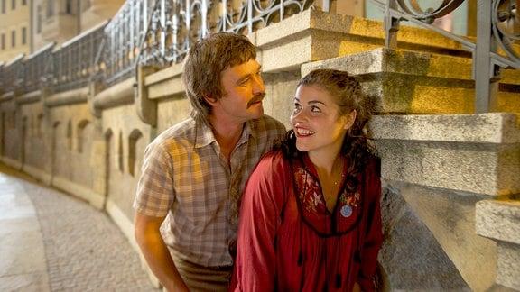 Elke (Katharina Wackernagel) und Gregor (Peter Schneider) prellen die Zeche in Prag.