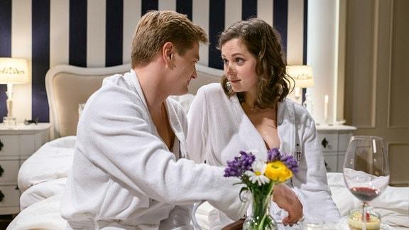 Natascha (Melanie Wiegmann, r.) spricht Joshua (Julian Schneider, l.) auf die Eröffnung des Reiterhotels an.