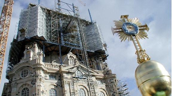 Die Dresdner Frauenkirche im Sommer 2004. Das vergoldete Kreuz gilt als Symbol der Versöhnung zwischen Deutschen und Briten. Ein britischer Goldschmied hat es im Auftrag einer britischen Förderiniative hergestellt.