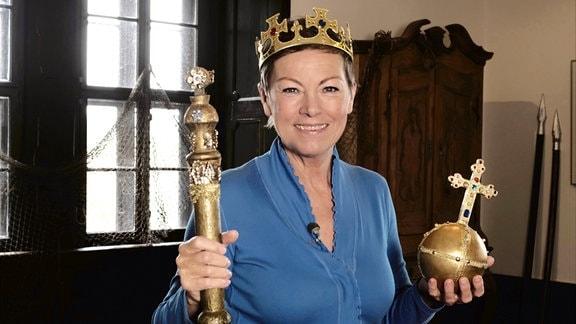 Janine mit Krone, Szepter und Reichsapfel im Schloßmuseum Quedlinburg