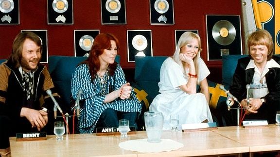 Die schwedische Popband Benny Andersson tourt 1977 durch Australien. Vor dem ersten Konzert in Sydney geben Anni-Frid Lyngstad, Agnetha Fältskog, Björn Ulvaeus und Benny Andersson (von links nach rechts) eine Pressekonferenz.