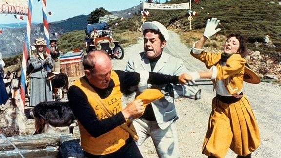 Gerichtsvollzieher Mulot (Robert Hirsch, l.) verfolgt den Fahrradkonstrukteur Duroc (Bourvil) beim Rennen Paris-San Remo.