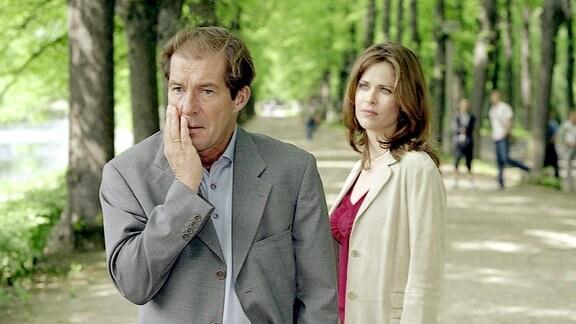 Katja Stern (Ursula Buschhorn)steht im Hitergrund.  Erik Stern (Michael Lesch) fasst sich an die Wange.
