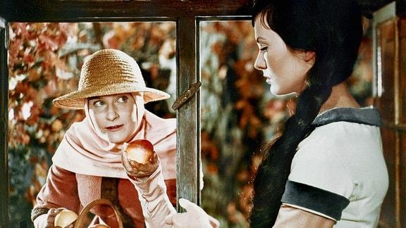 Die verkleidete böse Stiefmutter (Marianne Christine Schilling) bietet Schneewittchen (Doris Weikow) einen vergifteten Apfel an.