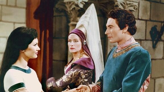 Der Prinz (Wolf-Dieter Panse) und Schneewittchen (Doris Weikow) reichen sich die Hände. Die Stiefmutter (Marianne Christine Schilling) beobachtet das Geschehen mit erkennbarem Missmut.
