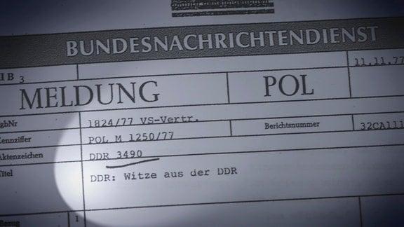 """Ein Auszug aus der BND-Akte mit DDR-Witzen ist zu sehen. Sie ist mit dem Vermerk """"VS-Vertraulich"""" versehen."""