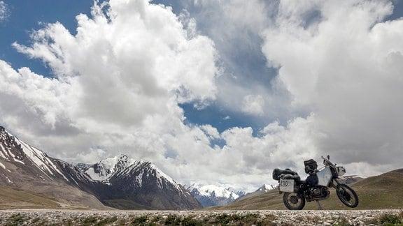 Motorrad auf dem Karakorum Highway in Pakistan.