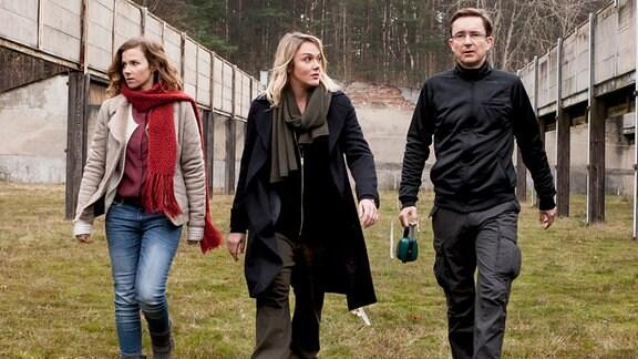 Die Kommissarinen Karin Gorniak (Karin Hanczewski) und Henni Sieland (Alwara Höfels) befragen den Tatverdächtigen Rainer Ellgast (Arnd Klawitter) in seinem Schützenverein. (v.l.)