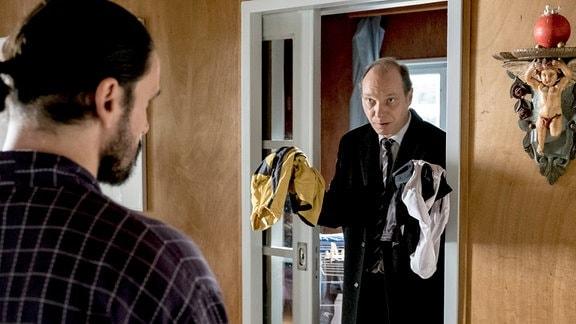 Peter Michael Schnabel, Fabian Rossbach Kommissariatsleiter Schnabel (Martin Brambach) findet beim Verdächtigen Fabian Rossbach (Sascha Göpel) Hinweise auf Versicherungsbetrug. v.r.
