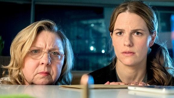 Cordula Wernicke (Ramona Kunze Libnow), Claudia Bischoff (Isabell Pollack) v.l. In einem Umschlag ohne Absender wurde der ALVA Mitarbeiterin Cordula Wernicke eine Patrone geschickt