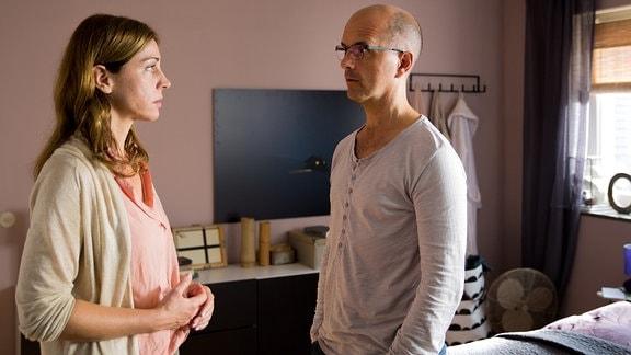 Petra (Ulrike C. Tscharre) und Tom (Christoph Maria Herbst) stehen sich gegenüber.