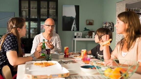 Petra (Ulrike C. Tscharre) und die Kinder Fee (Lotte Becker) und Jonas (Valemtin Wilcek) situzen mit Tom(Christoph Maria Herbst) an einem gedeckten Tisch.