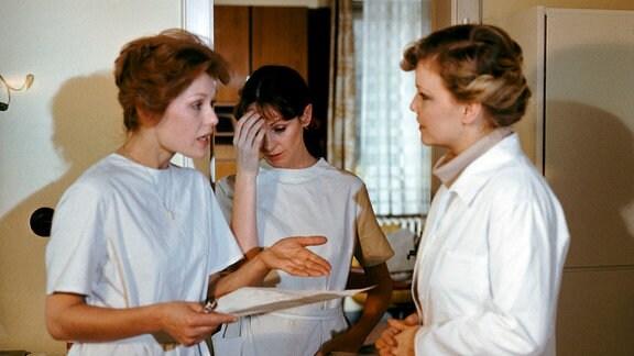 Drei Frauen unterhalten sich.