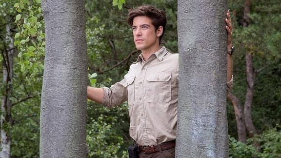Ranger Jonas Waldek (Philipp Danne) an seinem Lieblingsplatz im Wald - zwei Bäume, die sein Vater für ihn und seinen bereits verstorbenen Bruder Frank gepflanzt hat.
