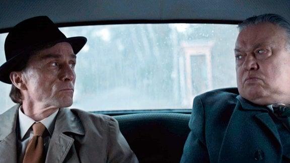 Brischko (Bernd Stegemann, re.) bringt Herrn Mahler (André Hennicke) zu seinem nächsten Auftrag.