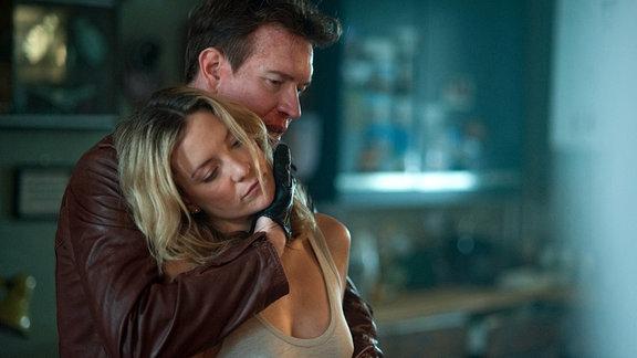 Der Gangster Jack Witkowski (Sam Spruell) bringt Anna (Kate Hudson) in seine Gewalt.