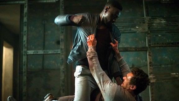 Tom (James Franco, unten) bekommt es mit dem Drogendealer Khan (Omar Sy) zu tun.