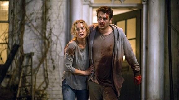 Tom (James Franco) stützt seine Frau Anna (Kate Hudson).